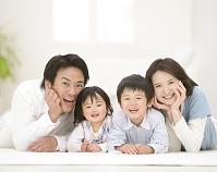 頬杖をついて寝転ぶ日本人家族