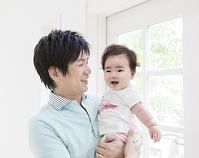 娘を抱く笑顔の父親