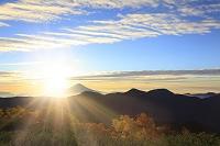 静岡県 富士見平 夜明けの富士山と朝日(合成)