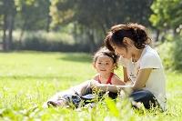 公園でペットと戯れる日本人親子
