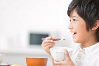 ご飯を食べる日本人の男の子