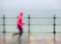 海沿いを走るランナー