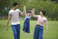 娘を持ち上げる両親