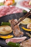 豚肩ロース肉をホットプレートで焼く