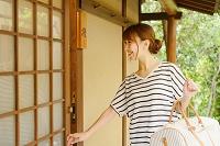 旅館に到着する日本人女性