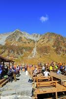 長野県 北穂高岳と涸沢ヒュッテの登山客