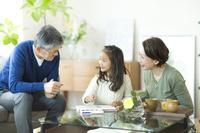 孫とお絵描きする日本人のシニア夫婦