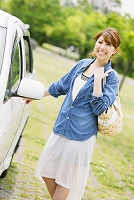 車と笑顔の日本人女性