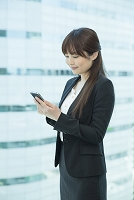 スマートフォンを使う日本人ビジネス女性