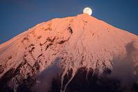 剣ヶ峰より昇るパール富士