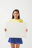 ホワイトボードを持つサポーターの女の子
