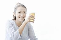 ビールを持ち笑顔の若い日本人女性