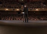 舞台でパフォーマンスする外国人男性と聴衆