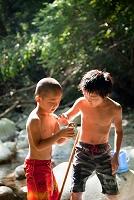川で遊ぶ少年