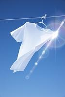 青空と干されたTシャツ