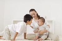 リビングでくつろぐ赤ちゃんとお母さんとお兄ちゃん
