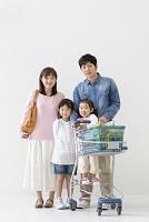 ショッピングカートを持って立つ家族
