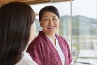 窓辺で会話する日本人親子