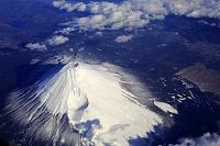 上空からの富士山と宝永火口