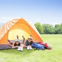 テントに寝転ぶ女の子