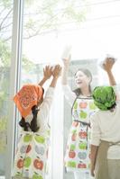 窓拭きをする日本人親子