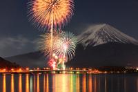 山梨県 河口湖冬花火と富士山
