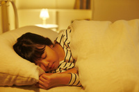 ベッドで眠る日本人の女の子