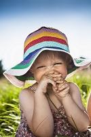 カラフルな帽子をかぶっている笑顔の女の子