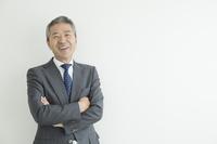 壁を背に立つミドル日本人ビジネスマン