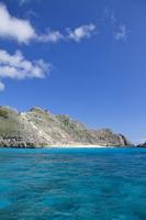 東京都 小笠原諸島にて海より望む父島のジョンビーチ