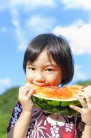 スイカを食べる日本人の男の子