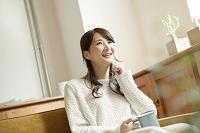 ソファーでくつろぐ20代日本人女性