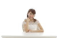 ウエディングドレス姿の日本人女性