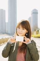 メッセージカードを持つ女性