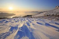 北海道 美幌峠から見る朝焼けの屈斜路湖とシュカブラ