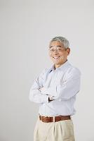 腕を組むシニアの日本人男性