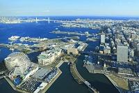 ランドマークタワーから眺める横浜港とベイブリッジ