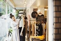 服屋で働くショップ店員の女性