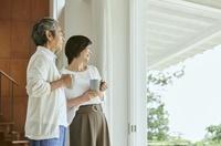 家で寛ぐ中年日本人夫婦