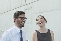 笑顔で話す外国人ビジネス女性