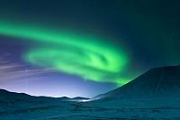 アイスランド イマジン・ピース・タワーの光とオーロラ