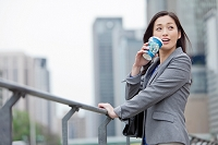 コーヒーを飲む日本人ビジネスウーマン