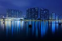 中国 香港 海辺のタワーマンションの夜景