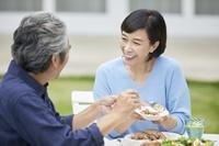 庭で話す日本人中年夫婦