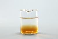 コーヒーシュガーが水に溶けるようす 半分溶けた A/3