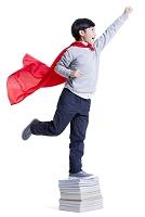 スーパーマンの真似をする男の子