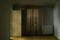 扉の開いた不気味な部屋