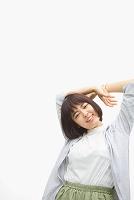 ショートヘアの若い日本人女性