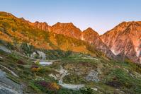 長野県 八方池と朝焼けの山