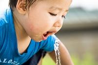 水飲み場の日本人の男の子